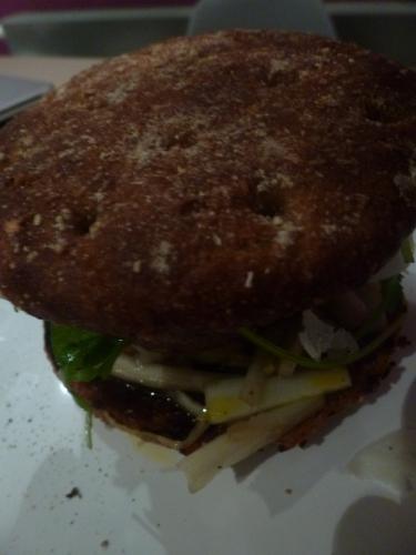 burger de canard,ferme de la tour,chicon,mirin,parmesan,roquette,pignons de pin,vinaigre balsamique,huile d'olive,oranges,cannelle,gingembre,vanille,vinaigre blanc,sucre,raisins secs,sauce hoisin,buns