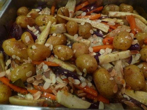grenailles,céleri rave,carottes,panais,oignon rouge,beurre demi-sel,huile d'olive,miel,laurier,romarin,huile d'amandes,amandes effilées,ecorce d'oranges confites,ciboulette,orange